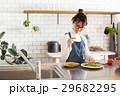 北欧女子 キッチン 料理をする女性 29682295