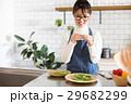 北欧女子 キッチン 料理をする女性 29682299