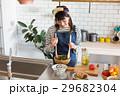 北欧女子 キッチン 料理をする女性 29682304