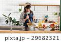 北欧女子 キッチン 料理をする女性 29682321