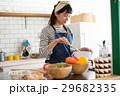 北欧女子 キッチン 料理をする女性 29682335