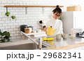 北欧女子 キッチン お茶を淹れる女性 29682341
