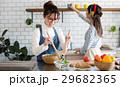 北欧女子 キッチン 料理 女性 友達 29682365