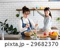 北欧女子 キッチン 料理 女性 友達 29682370