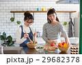 北欧女子 キッチン 料理 女性 友達 29682378