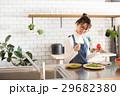 北欧女子 キッチン 料理をする女性 29682380