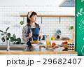 北欧女子 キッチン 料理をする女性 29682407