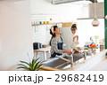 北欧女子 キッチン 料理 女性 友達 29682419