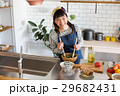 北欧女子 キッチン 料理をする女性 29682431