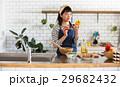 北欧女子 キッチン 料理をする女性 29682432