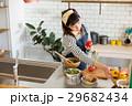 北欧女子 キッチン 料理をする女性 29682434