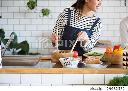 北欧女子 キッチン 料理 女性 友達 29682572