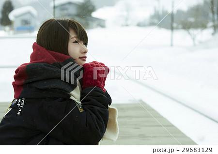冬の女子旅 雪景色の駅 29683129