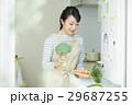 女性 キッチン 29687255