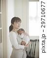 親子 赤ちゃん 抱っこの写真 29710677