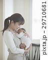 親子 赤ちゃん 抱っこの写真 29710681