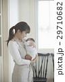 親子 赤ちゃん 抱っこの写真 29710682