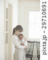 親子 赤ちゃん 抱っこの写真 29710691