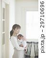 親子 赤ちゃん 抱っこの写真 29710696