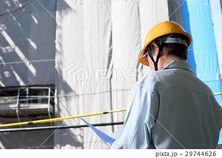 工事現場でファイルを見る作業員 現場監督 29744626