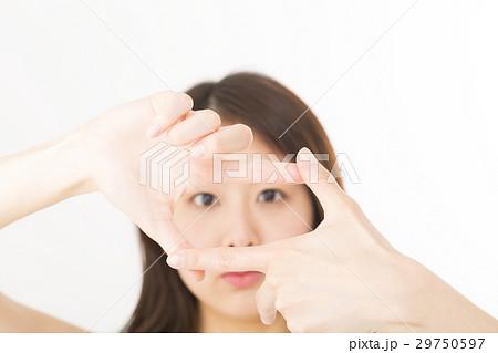 若い女性 トリミング ポーズ 指で構図 フレーミングをとる カメラ目線 笑顔 白バック 29750597