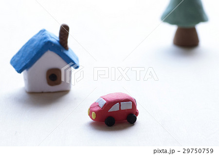 紙粘土で作られた家や車 29750759