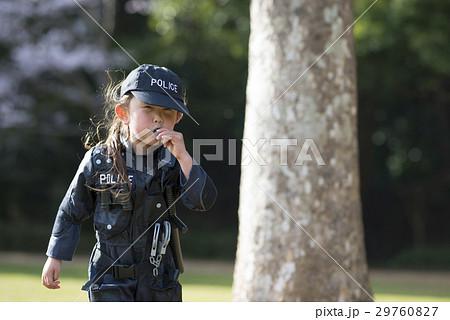 ホイッスルを吹く警察のコスチュームを来た女の子 29760827