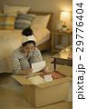 手紙を読む若い女性 29776404