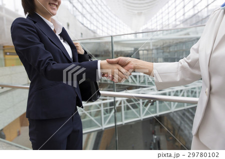 握手 ボディパーツ 挨拶 ビジネスウーマン 女性同士 29780102