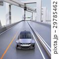 高速道路に走っているシルバー色の自動車 29785462