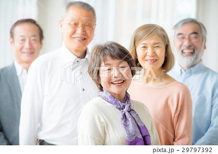 笑顔のシニア男女 5人 29797392