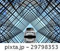 万華鏡のような背景にある艶消しシルバーの電気自動車 29798353