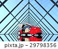 左右対称のガラストンネルにある赤色の自動運転車 29798356