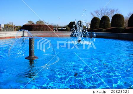 公園の小さな噴水 29823525
