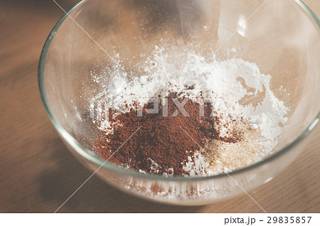 Cocoa powder with bakers flour in glass bowl.の写真素材 [29835857] - PIXTA