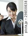 メイクをするリクルートスーツの女性 29850838