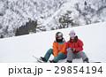 スノーボードを楽しむカップル 休憩 29854194