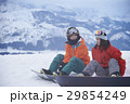 スノーボードを楽しむカップル 休憩 29854249