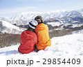 スキー場 寄り添うカップル 29854409