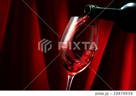 ワイン注ぐ 29876639