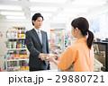コンビニ ビジネスマン 買い物の写真 29880721