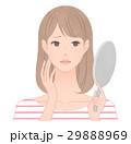 鏡を見て悩む女性 目元のシワ 29888969