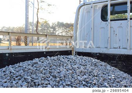 砂利を積載したトラック 29895404