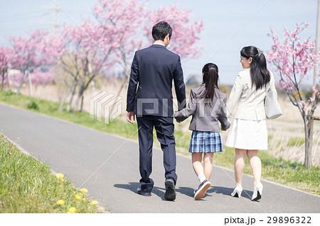 新年度 女の子と両親 29896322