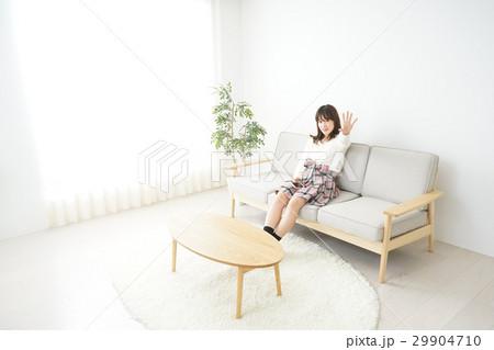 自宅でリラックスする若い日本人の女性の写真素材 [29904710] - PIXTA