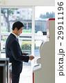 ミドル ビジネスマン コンビニの写真 29911196