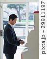 ミドル ビジネスマン コンビニの写真 29911197