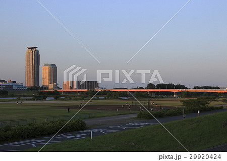 夕方の荒川河川敷と川口市の高層マンション群 29920424