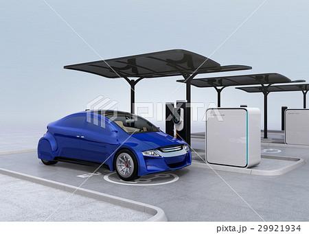 公共施設の充電スタンドに充電している青色の電気自動車 29921934