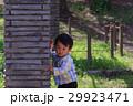 ライフスタイル かくれんぼをして遊ぶ親子 29923471